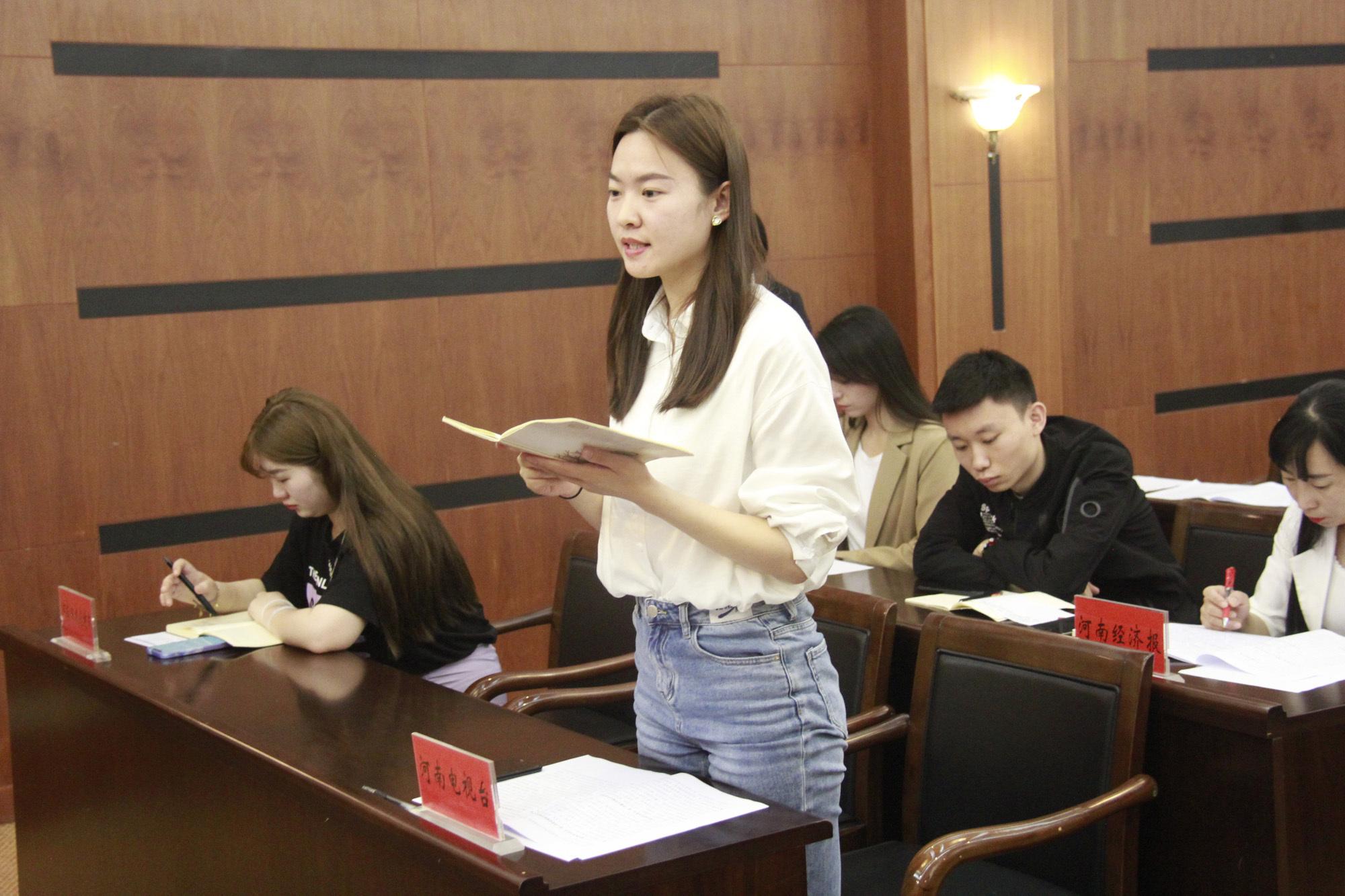记者向发言人提问 焦作日报记者 蒋鑫 摄